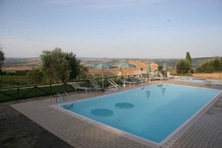 La piscina panoramica è un esplicito invito a sedersi e rilassarsi