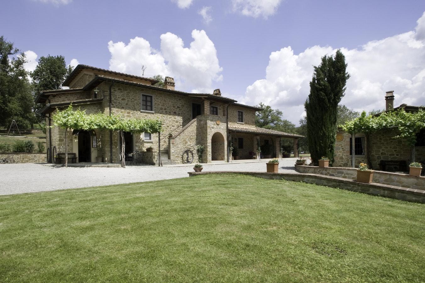 Incrociata farmhouse bucine farm holiday with apartments for Toscana house