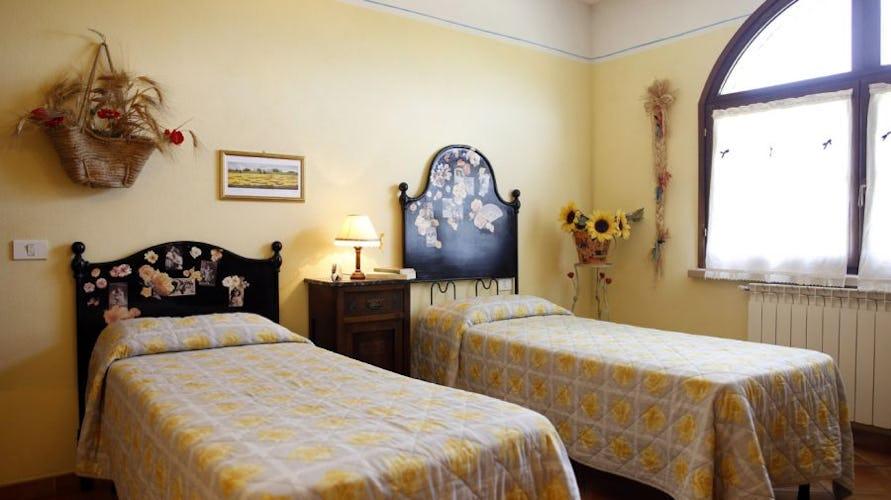 Nelle stanze, regnano i girasoli ed i colori della campagna in estate