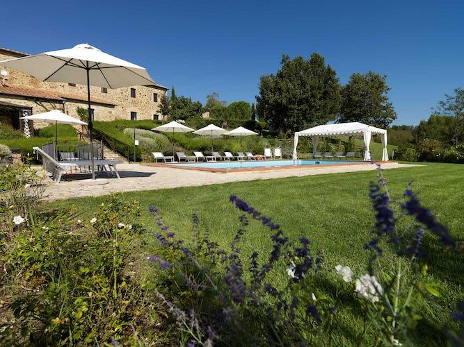 Agriturismo Piettorri - La piscina con la zona solarium e le sdraio