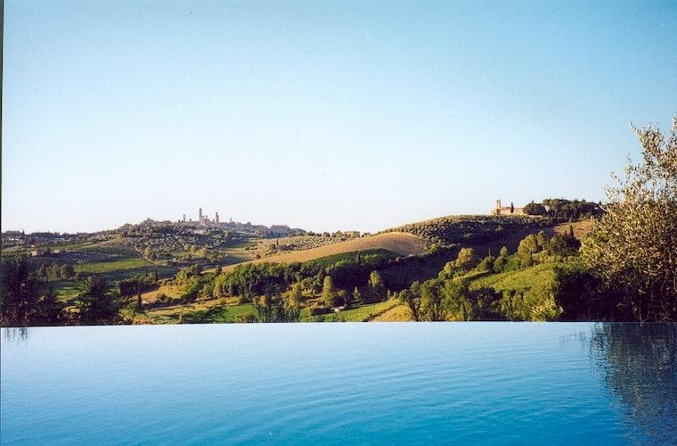 La piscina ha una bella vista su San Gimignano