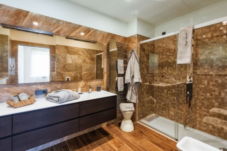 The bathrooms are large & spacious at Agriturismo Poggio Mirabile