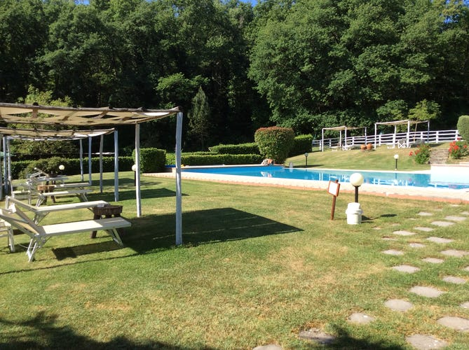 Agriturismo Valleverde: Poolside gazebos for outdoor comfort
