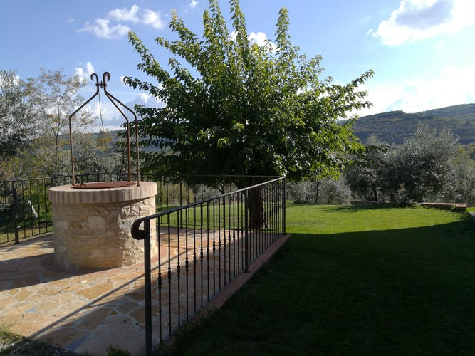 Agriturismo Vicolabate: Garden area and BBQ at your disposition