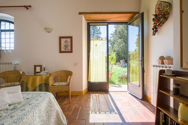 Ancora del Chianti B&B: Rooms open to the lovely garden