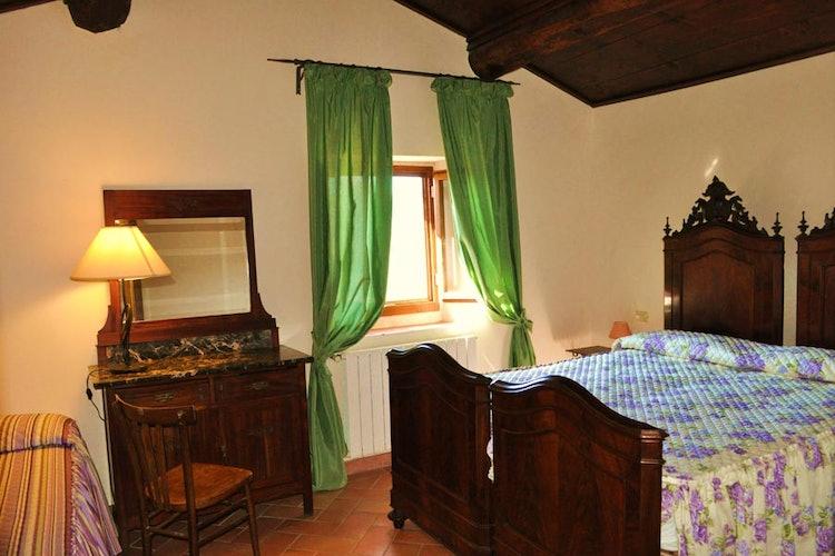 Una delle due camere, arredata in tipico stile toscano