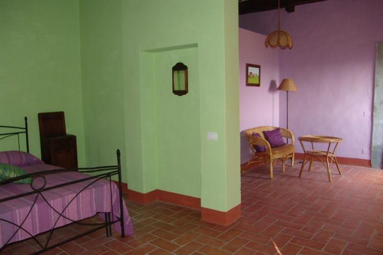 Una delle ampie camere dai colori brillanti dell'agriturismo