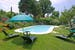 La piscina incastonata nel verde del giardino curato alla perfezione