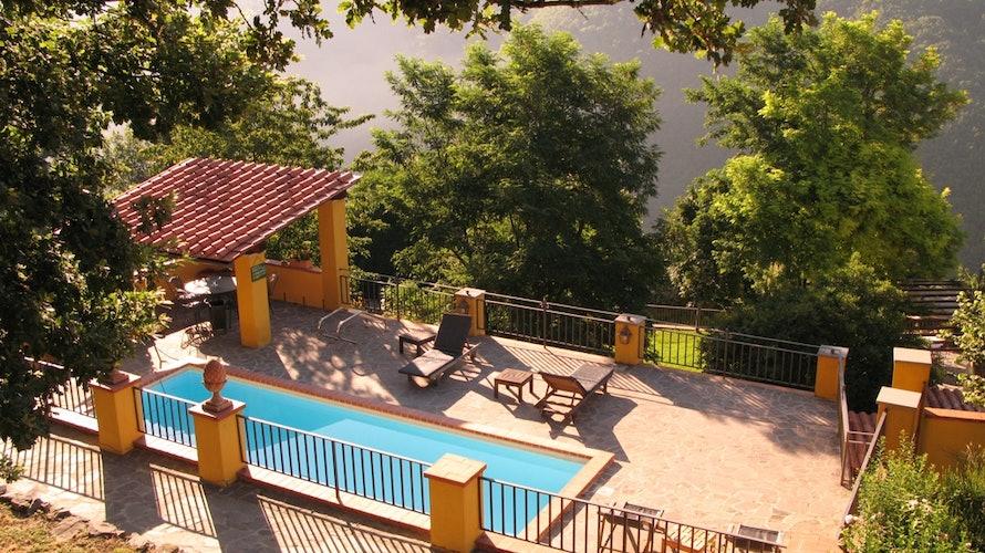 La piscina con l'area solarium, perfetta per rilassarsi al sole