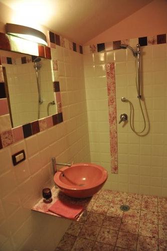 Uno dei bagni, con arredo moderno e colorato