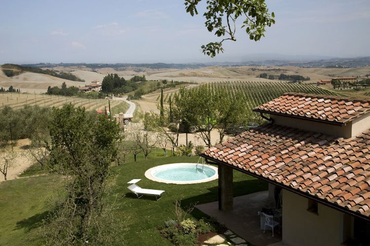 Cottage and vineyards in Tuscany farhmouse