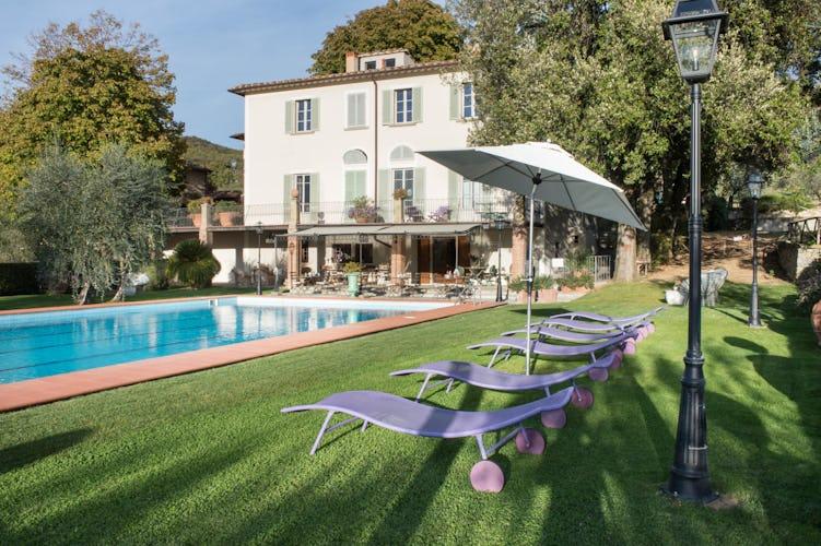 La bellissima piscina e la villa di Borgo I Vicelli