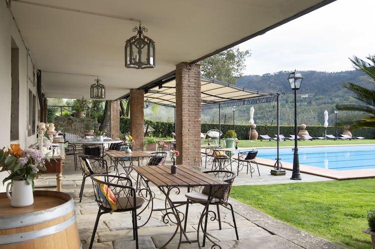La veranda con vista sulla piscina e sul giardino