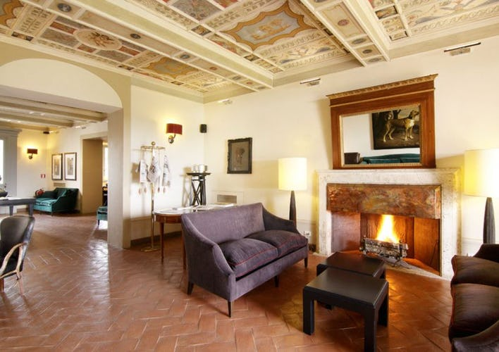 Il salotto, con un elegante caminetto ed i pavimenti in terracotta