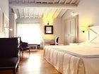 Una camera doppia deluxe, elegante nella sua tonalità bianca