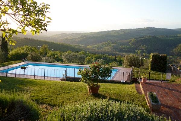 La piscina privata circondata dall'immenso parco ben curato
