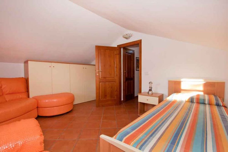 Large single bedroom for a total 5 persons plus family pet near Pisa