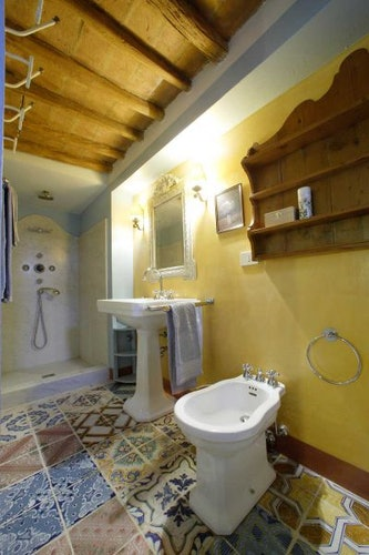 Full sized bathrooms at Candida's Chianti House in San Casciano