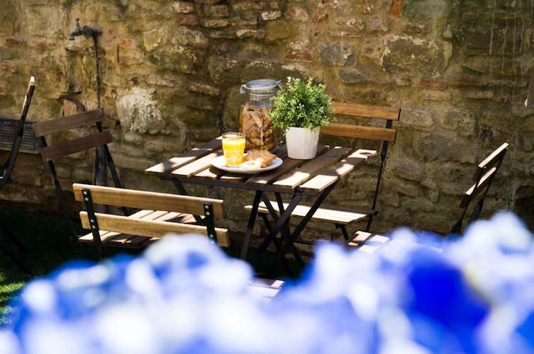 Quando il tempo permette, la colazione viene servita fuori in giardino