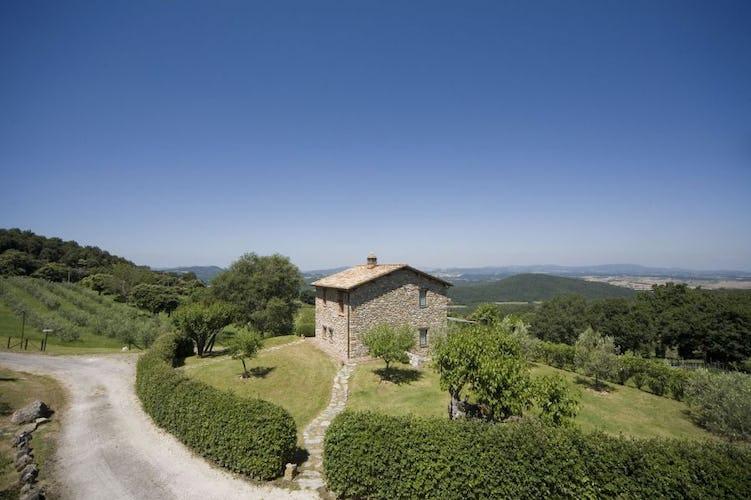 Tipica architettura toscana con pietra a vista che domina il podere