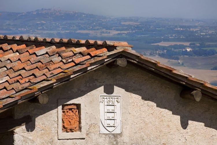 Pavimenti in terracotta e soffitti con travi a vista al Podere