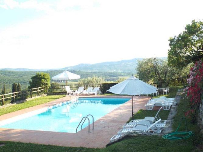 La piscina, panoramica e rilassante con tutti quei lettini!