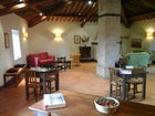 La sala comune, arredata in stile toscano con travi e mattoni a vista