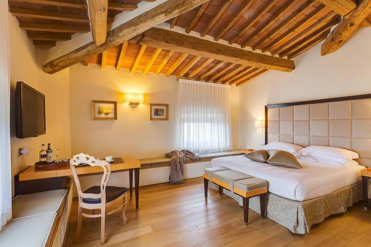 Castello La Leccia - soffitti con i travi a vista e pavimenti in parquet