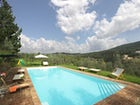 Piscina panoramica inserita in un contesto da sogno nel Chianti