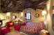 Soffitti con travi a vista e pavimenti in terracotta, tipici toscani