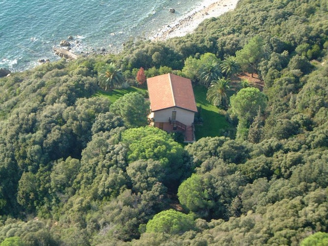 The villa with its garden and private access to the beach