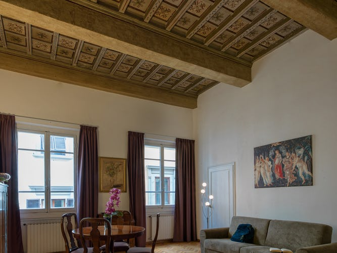 The apartment in Via della Vigna Nuova is essential and with vintage furnishings