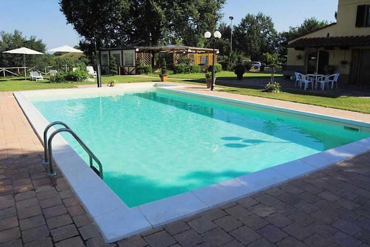 Un aperitivo a bordo piscina è il modo migliore per finire la giornat