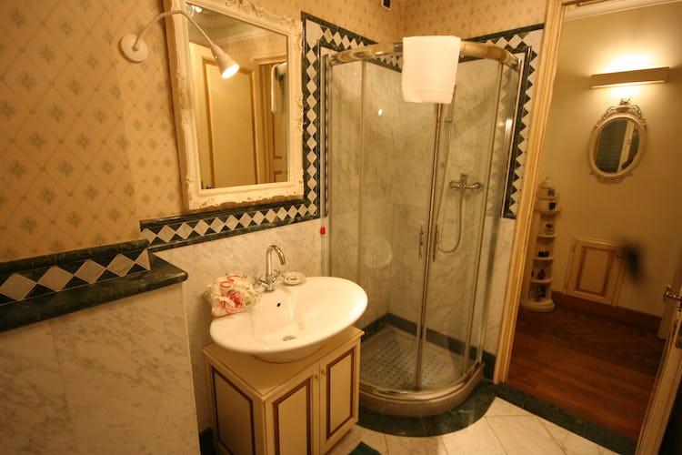 David Apartment - Dettagli in autentico marmo bianco e verde italiano