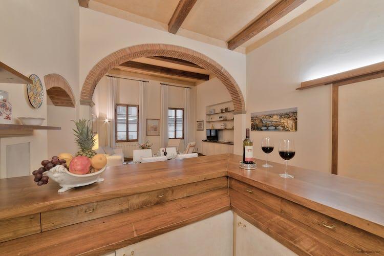 L'appartamento è curato nei minimi dettagli, con particolari tipici dell'architettura tradizionale toscana