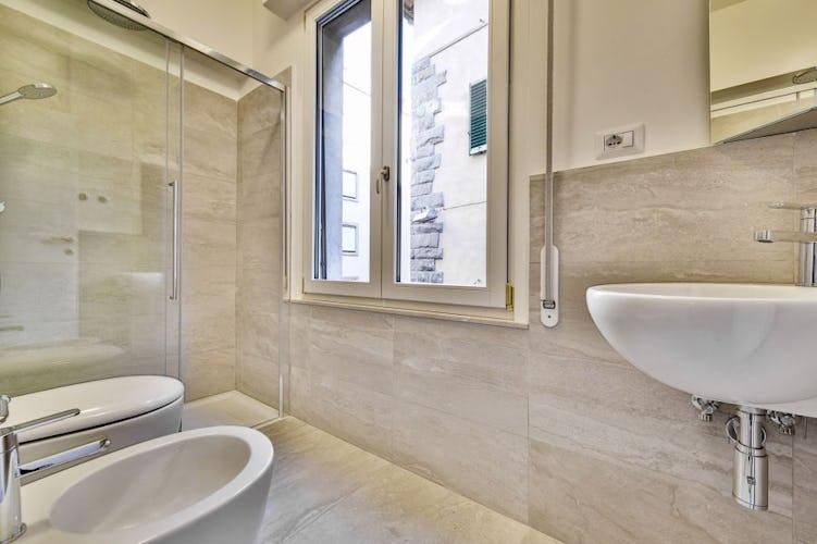 Anche i bagni sono moderni, luminosi e molto funzionali