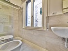 Golden Bridge Holiday Apartments in Florence features modern bathrooms