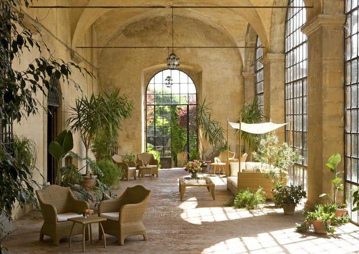 Hotel Torre di Bellosguardo - Gli esterni, attrezzati con tavoli e sedie per creare degli angoli dove potersi rilassare o chiacchierare con gli altri