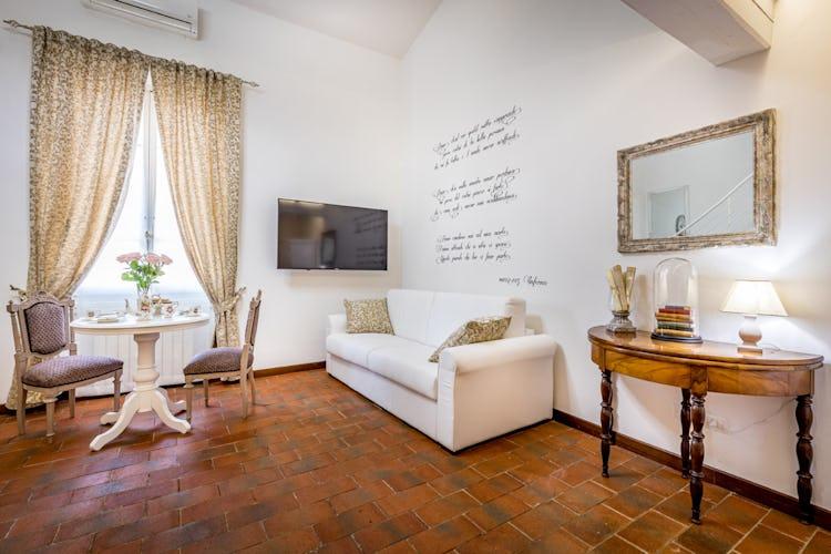Il soggiorno è arredato con mobilio di antiquariato, che ben si sposa con quel tocco di modernità che ne caratterizza lo stile ed il gusto