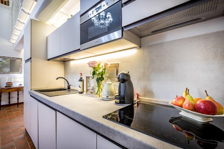 La cucina dell'appartamento è in stile moderno, come si evince dal piano cottura ad induzione