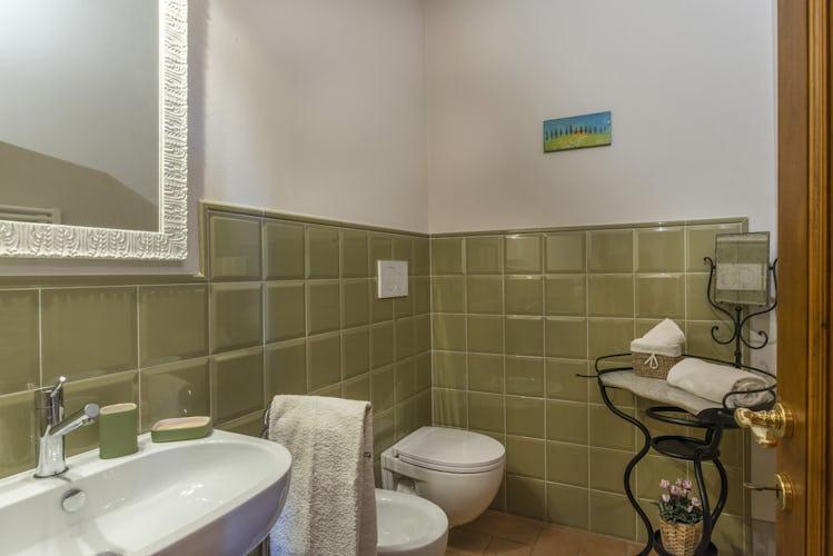 Villa I Cipressini: il bagno, dallo stile semplice ma elegante al tempo stesso
