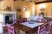 Vivaci tocchi di colore caratterizzano l'arredo in stile toscano