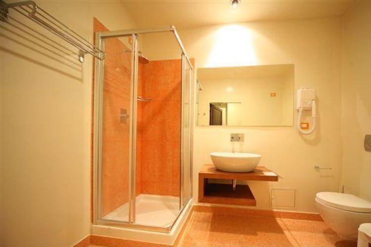 Ampio e spazioso bagno, con arredo moderno