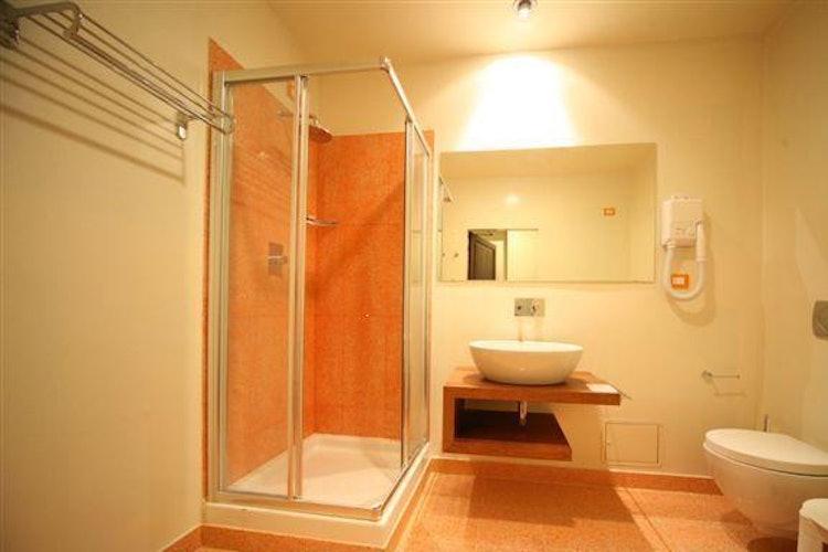 Large en suite bathrooms at il Chiostro del Carmine