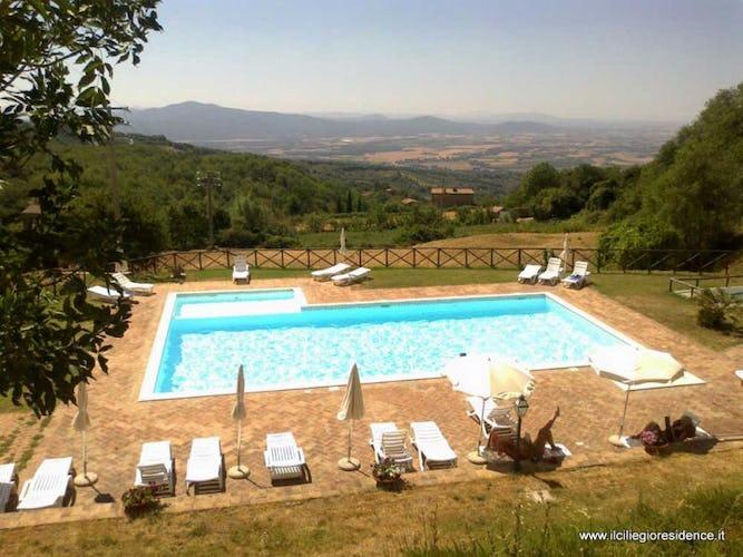 La piscina con la zona bassa per bambini ed il solarium con sdraio