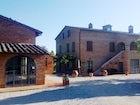Edifici in mattoni rossi tipici dell'area di Montepulciano