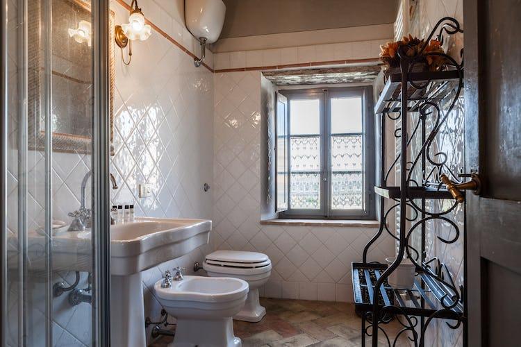 La Pieve Marsina: bagni con doccia in stile moderno, semplice e funzionale