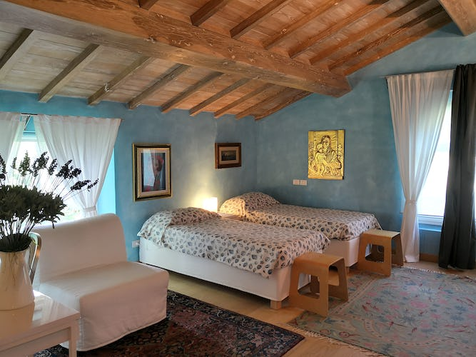 La Villa con gli Archi luxury rental has one bedroom with two single beds