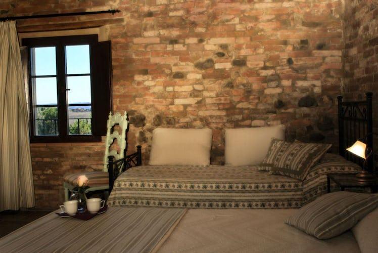 Una camera con muri a pietra a vista