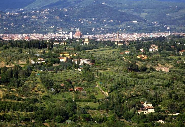La cupola del Duomo domina sul profilo che si intravede di Firenze